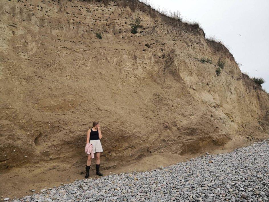 """Dette billede er indsendt af Rebekka Slot-Henriksen, som man ser på billedet. Hun skriver: """"Jeg synes bare Guds natur er så smuk, så billedet er af Guds fantastiske mesterværker - natur og mennesker!"""" Billedet er taget på en strand på Langeland."""