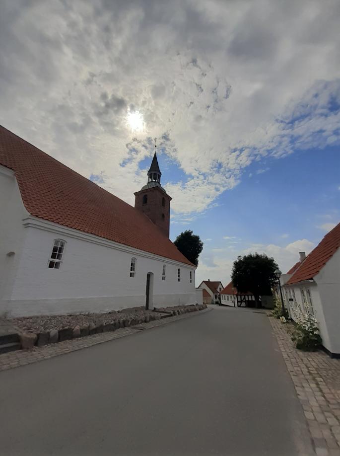 """""""På en gåtur i smukke Ebeltoft dukker kirken pludselig op om et gadehjørne,"""" skriver fotografen om dette billede."""