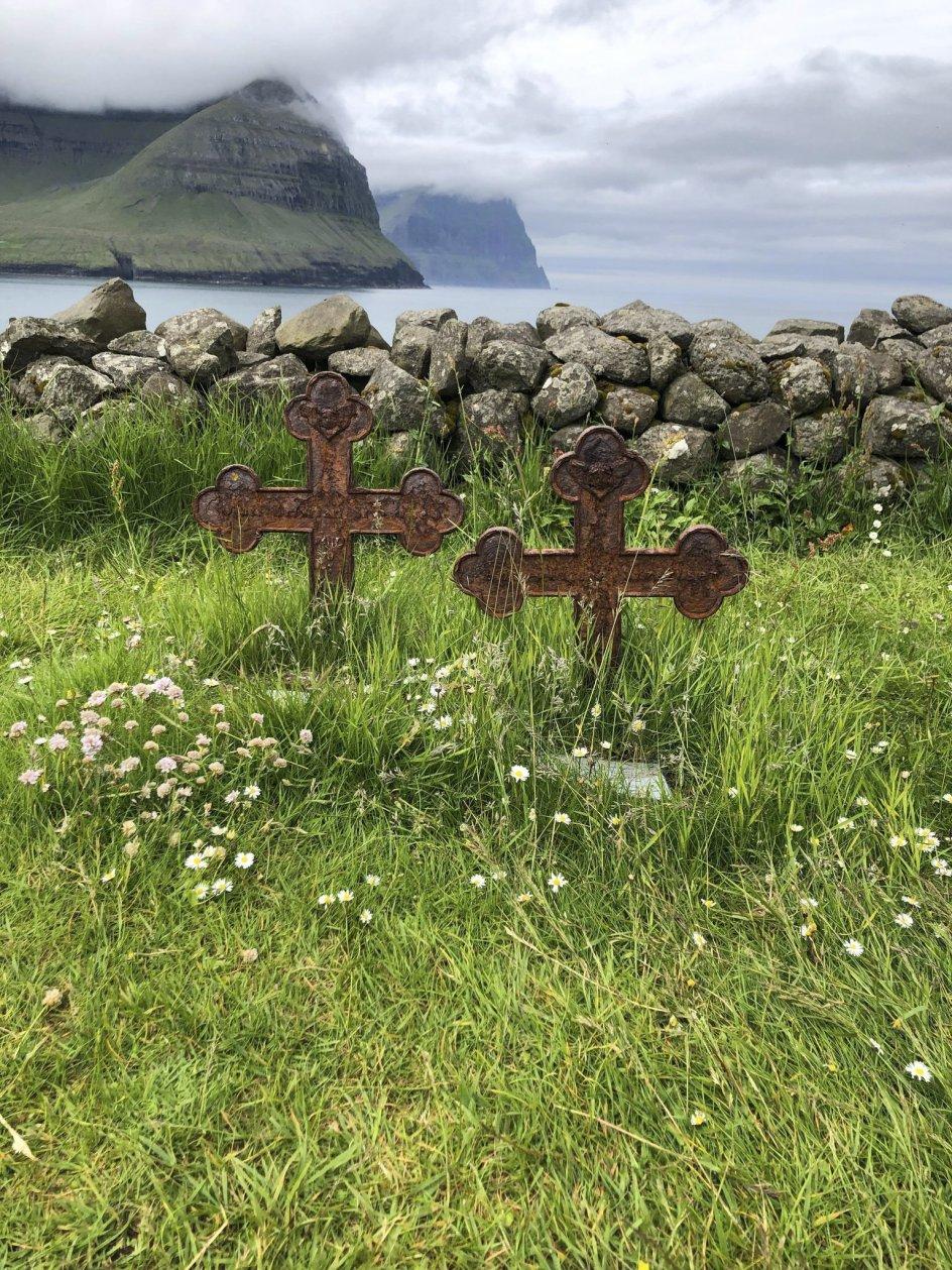 På den gamle kirkegård i Vidareidi på Færøerne står disse to kors, der er sat for et søskendepar, som gik bort i sommeren 1874. Foto: Eydna Eliasen