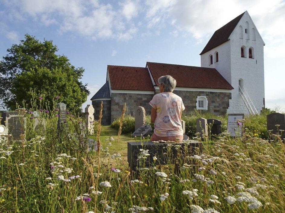 Else blev konfirmeret her i Tøndering kirke i 1972. I dag nyder hun de naturblomster som omfavner kirkegården. Foto: Jimmi Tolstrup Henriksen