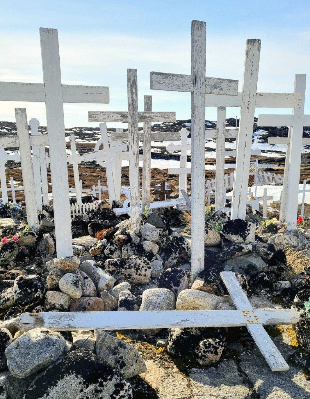 En gammel kirkegård ved Sermermiut på Grønland, som ikke har været i brug siden 1980'erne.  Foto: Pia Hansen.