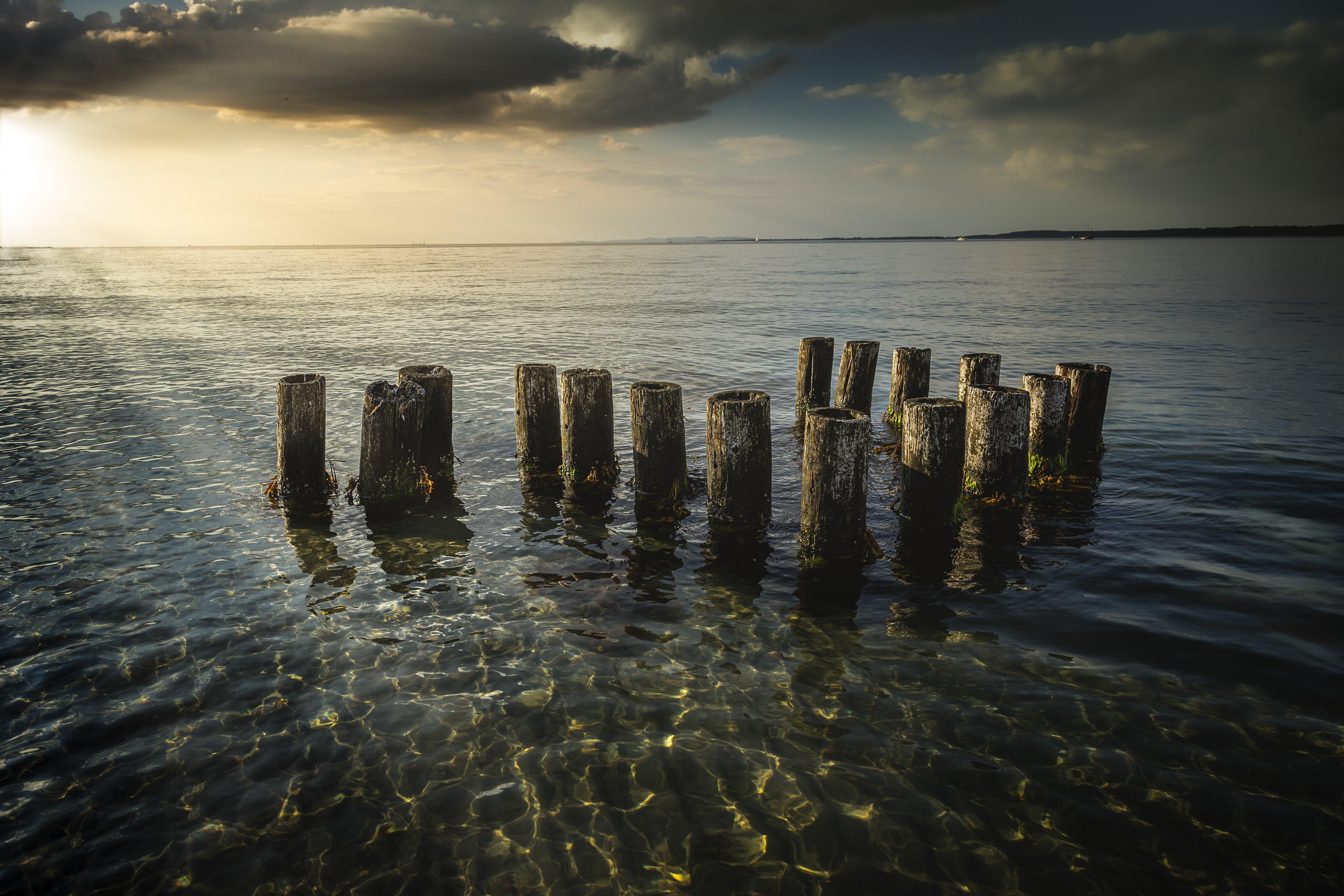 """""""Pludselig oplyses de mørke, truende skyer og havet af et magisk og kraftigt lys. En helt guddommelig oplevelse, som sad længe i mig.""""  Foto: Storm Svensson"""