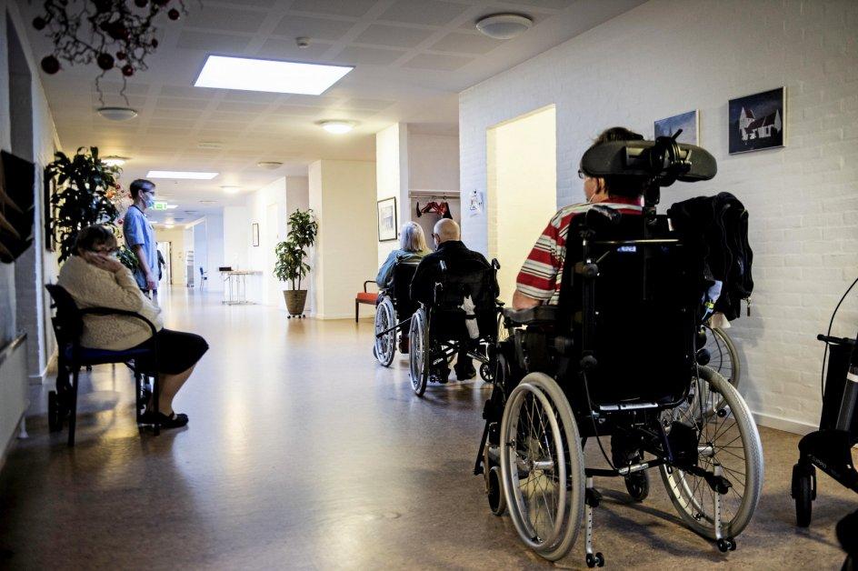 Danske Handicaporganisationer får for tiden henvendelser fra medlemmer om, hvornår de kan blive vaccineret mod covid-19. Her er det beboere og ansatte på Stenstrup Plejecenter i Svendborg Kommune, der i søndags ventede på en vaccination. – Arkivfoto: Tim Kildeborg Jensen/Ritzau Scanpix.