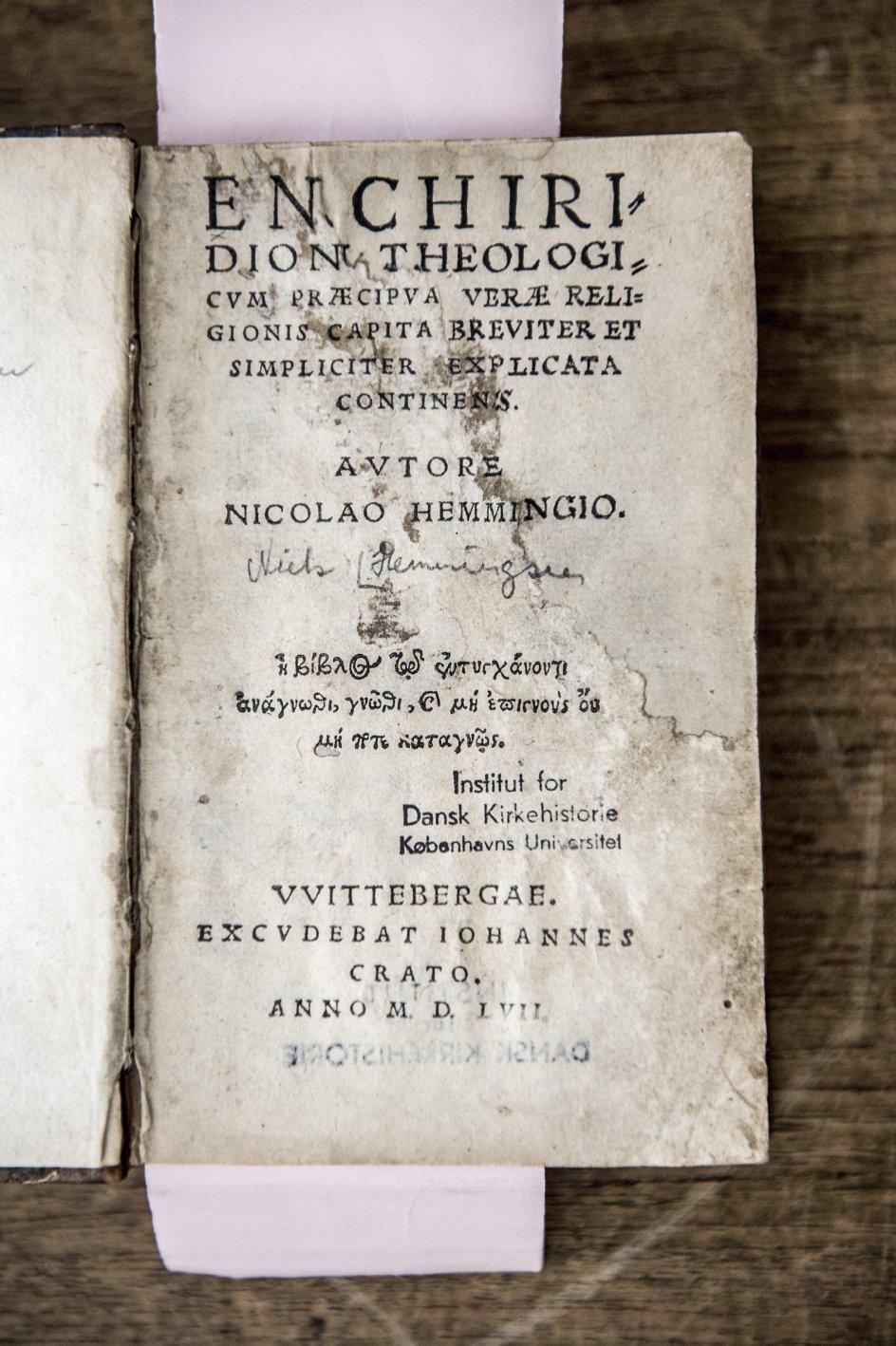 Teologen Niels Hemmingsen levede fra 1513 til 1600 og var flere gange rektor for Københavns Universitet. Her er originale værker af Niels Hemmingsen affotograferet på Teologisk Fakultet i København. – Foto: Cæciliie Philipa Vibe Pedersen.