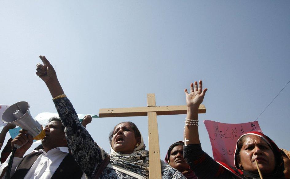 Kristne demonstranter protesterer mod bombningen af to kirker i Lahore, Pakistan, i 2015. Ifølge organisationen Open Doors er Pakistan et af de lande, hvor kristne oplever den voldsomste form for forfølgelse. Arkivfoto: Mohsin Raza/Reuters/Ritzau Scanpix