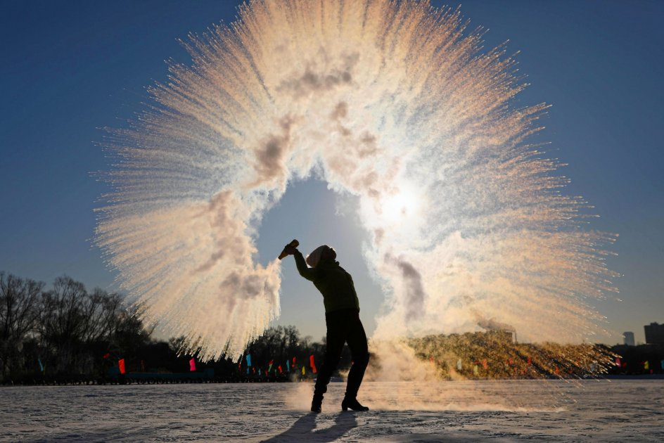 Det er ikke fyrværkeri, men såmænd bare en kvinde, der kaster med varmt vand. Og fordi termometret i provinsen Liaoning i det nordøstlige Kina viser 27 minusgrader, bliver vanddråberne øjeblikkeligt til iskrystaller, der her danner et skulpturelt mønster i luften. Foto: AFP/Ritzau Scanpix.
