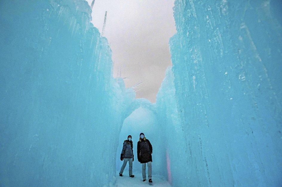 """Om vinteren kan turister i den nordamerikanske delstat New Hampshire gå på opdagelse i slotte, der er bygget af flere hundredetusinde istapper. Attraktionen har navnet """"Winter Castles"""" og kan opleves flere steder i USA. - Foto: Joseph Prezioso/AFP/Ritzau Scanpix."""
