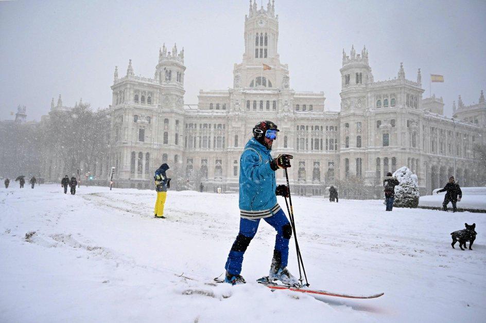 I den spanske hovedstad, Madrid, tæller transportmulighederne blandt andet metro, bus og cykel. Da stormen Filomena tidligere på måneden begravede storbyen i sne, opstod der imidlertid en ny og ganske usædvanlig mulighed, nemlig ski, som det ses på billedet, hvor en skiløber krydser den karakteristiske Plaza de Cibeles. – Foto: Gabriel Bouys/AFP/Ritzau Scanpix.