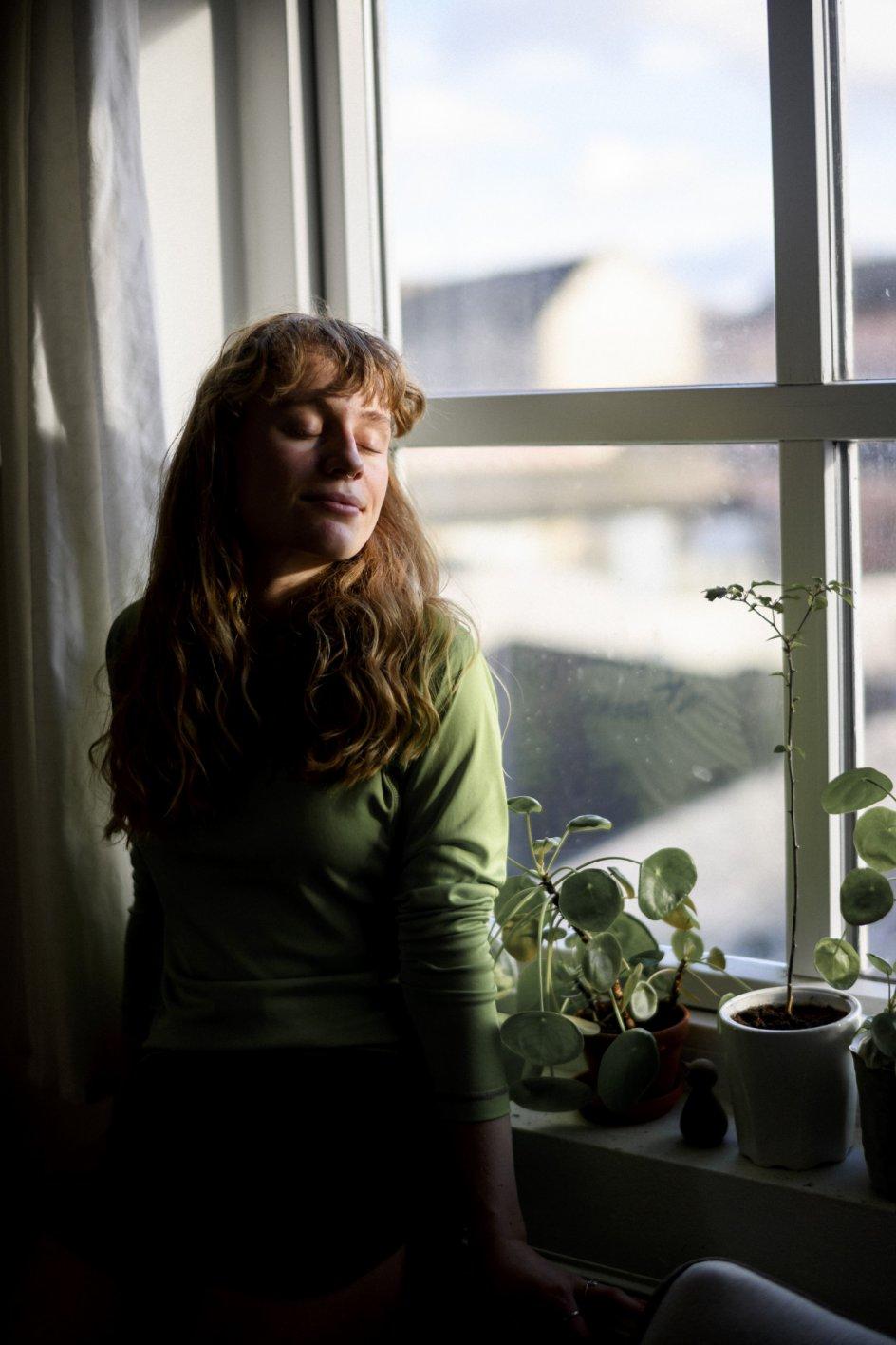 """""""Når jeg ser mig omkring, kan jeg se, at vi er rigtig mange, som befinder os i en skrøbelig situation, og det bliver også bekræftet i flere undersøgelser,"""" siger Freja Nordenhof, som har fremsat et borgerforslag om genåbning af højskolerne. – Foto: Johanne Teglgård Olsen."""