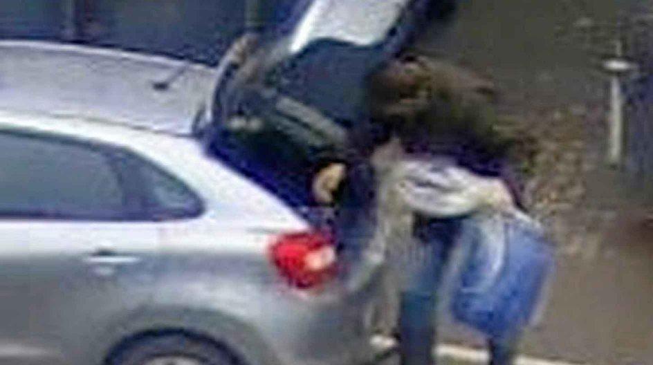 Ifølge politiet var Thomas Gotthard på Frederikssund Genbrugsplads den 6. november klokken 13.23, hvor han skilte sig af med en blå fodertønder og en sækkevogn. – Foto: Nordsjællands Politi.