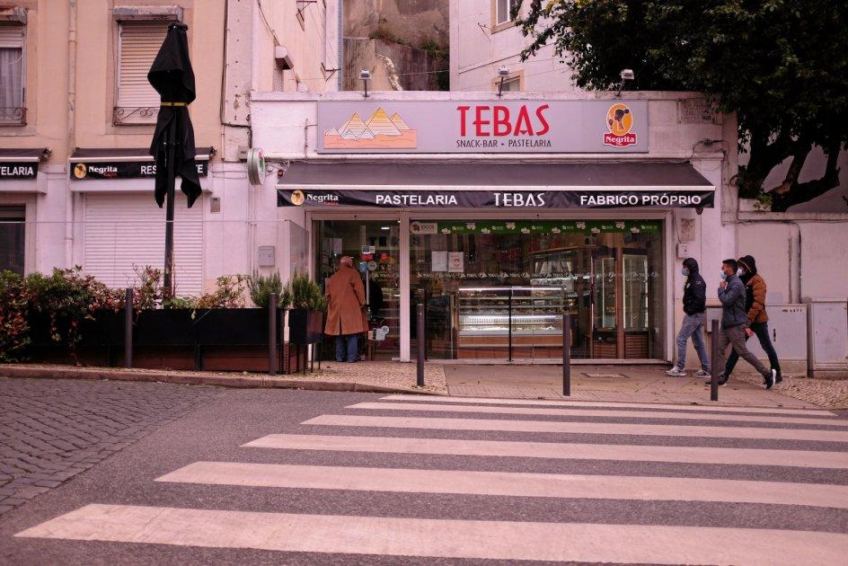 Tebas Snackbar og Pastelaria i Lissabon har på grund af de nu genindførte restriktioner sat et lille bord op ved indgangen til kunderne. I starten af januar måtte cafeen også sælge kaffe, men da folk samledes udenfor, blev reglerne ændret. Nu må caféer og restauranter ikke længere sælge drikkevarer, ligesom kunderne ikke må indtage maden tæt på caféen. – Foto: Peter Krogh Andersen.