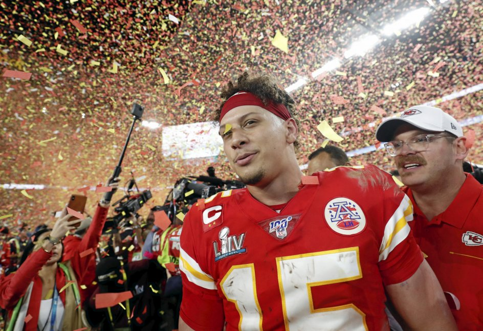 Patrick Mahomes fra Kansas City Chiefs vandt sidste udgave af finalen i amerikansk fodbold, Super Bowl. På søndag vil han forsøge at komme i den eksklusive klub af spillere, der har gjort det to år i træk. – Foto: Shannon Stapleton/Reuters/Ritzau Scanpix.