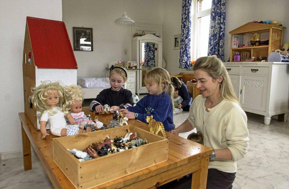 Det vakte stor opsigt, at Ursula von der Leyen er mor til syv, da hun fik sin debut i tysk forbundspolitik som familieminister i 2005. Her er hun fotograferet sammen med to af sine fem døtre hjemme i Hannover i 2001. – Foto: EU/Imago/Ritzau Scanpix.