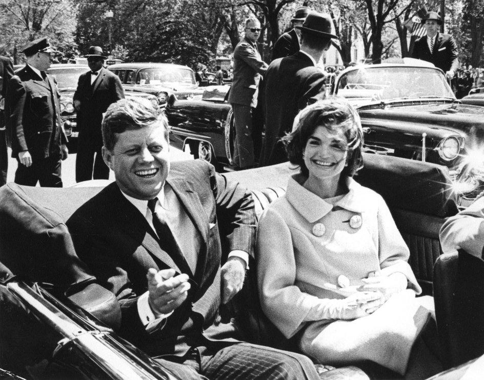 Historien om familien Kennedy er en fortælling af lys og håb og mørke og pludselig død, mener denne anmelder. Her ses John F. Kennedy med Jacqueline Kennedy. Billedet er taget til en velkomstceremoni foran Blair House i 1961.