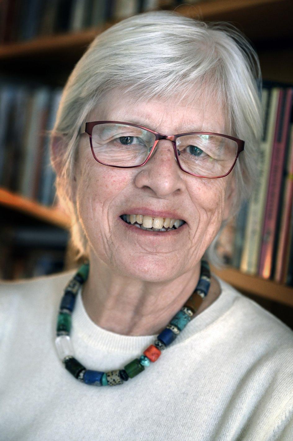 Lene Pind i lejligheden på Amager, hvor hun bor sammen med sin mand. Hun har været medlem af Dansk Kvindesamfund siden 1970'erne. Hun mener, at de store fremskridt, der er sket for kvinder de sidste 50 år, skyldes, at Dansk Kvindesamfund, rødstrømperne og flere andre bevægelser har været med til at holde fast i en dagsorden om mere ligestilling. – Foto: Leif Tuxen.