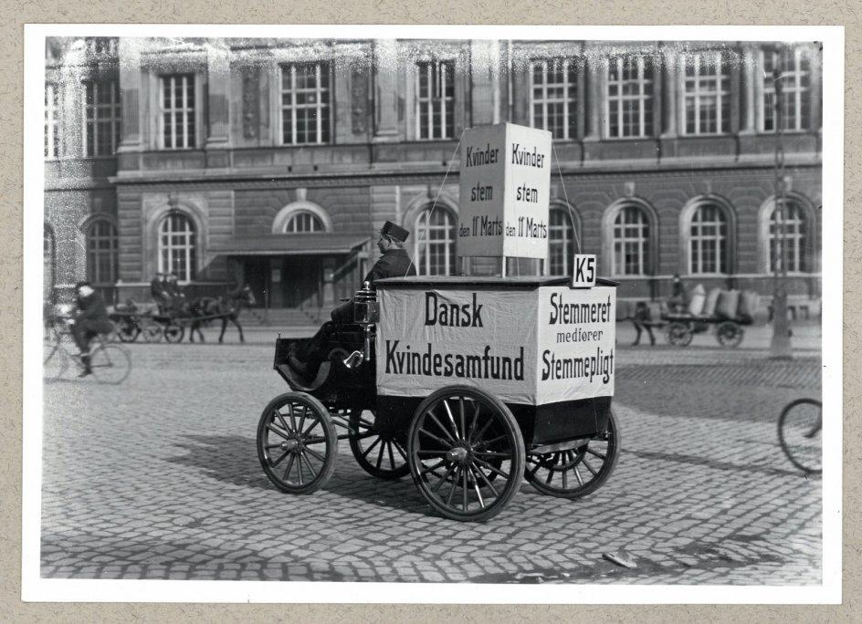 I årene frem til, at kvinder fik stemmeret og valgret, agiterede Dansk Kvindesamfund for sagen. Dette foto stammer fra 1913. – Foto: Det Kongelige Biblioteks Billedbasen.