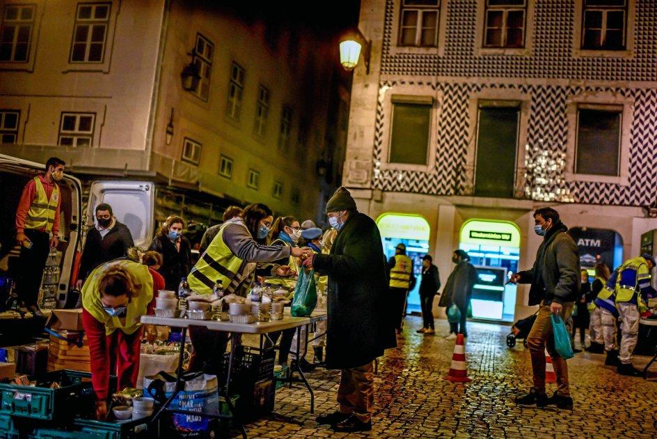 Francisco Mota plejer at møde samfundets svageste næsten dagligt, nu er mange gået i skjul, undtagen når der som her på Figuera-pladsen i Lissabons centrum bliver uddelt mad og andre fornødenheder til den portugisiske hovedstads fattigste. – Foto: Patricia De Melo Moreira/AFP/Ritzau Scanpix