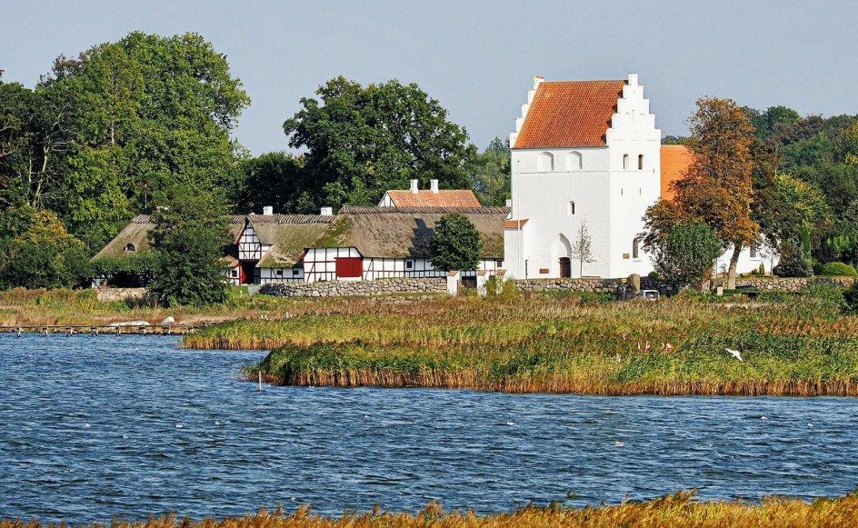 Kølstrup Præstegård ved Kertinge Nor tæt på Kerteminde. Præstegården blev i 2016 udråbt som Danmarks næstsmukkeste af Bygningskultur Danmark. – Foto fra bogen.
