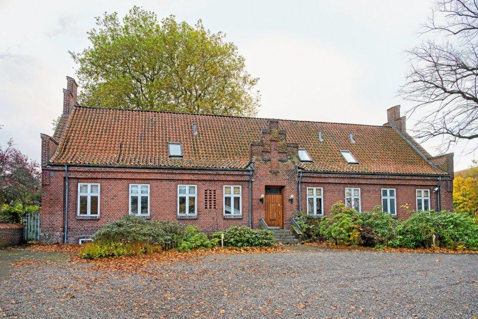 Viby Præstegård i Aarhus Stift fra 1881 står stadig intakt, fordi Aarhus Kommune forhindrede en nedrivning. Der skal udarbejdes en lokalplan, der vil gøre den gamle præstegård til kulturhus for området. – Foto fra bogen.
