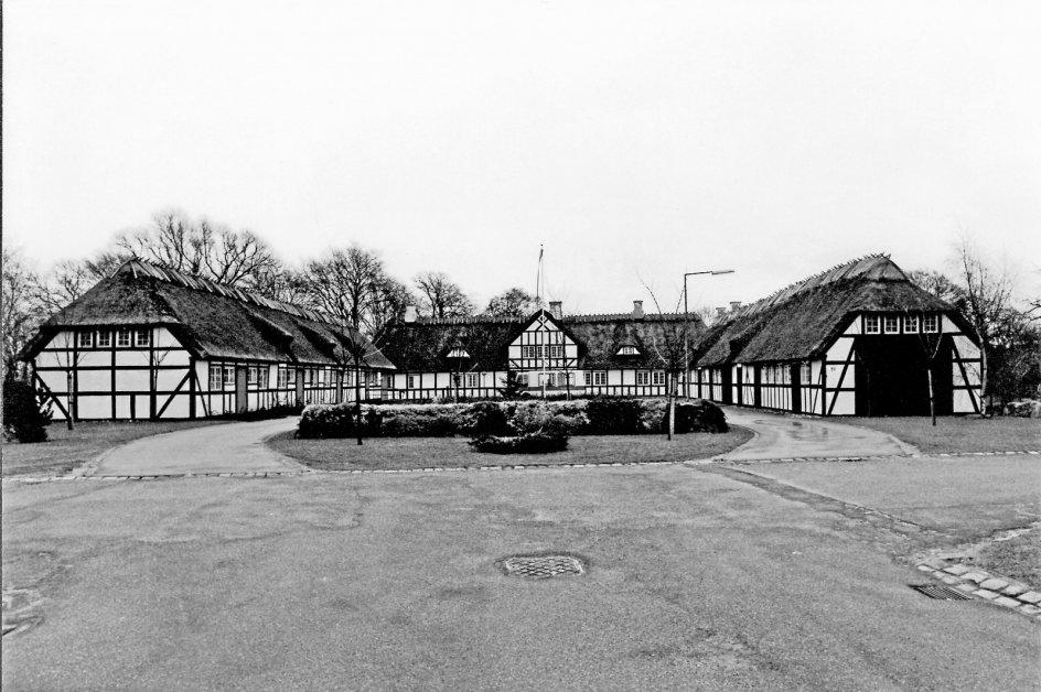 Tarup Præstegård ved Odense blev bygget 1832-1834 og fungerede som præstegård frem til 1941, hvor der blev bygget en ny ved Paarup Kirke. Den gamle præstegård er i dag moderniseret og rummer tilbud til voksne med hjerneskade. – Foto fra bogen.