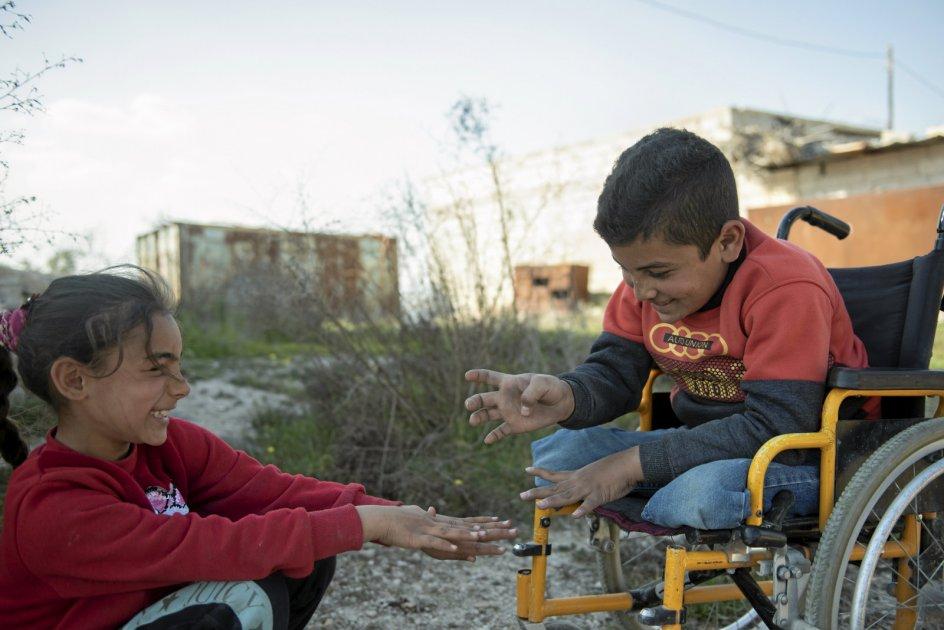 """10-årige Bashars familie lever fra dag til dag, og hans mor, Fatima, kæmper med at brødføde ham og storesøsteren. """"Nogle gange har min mor ikke noget mad at tilberede, og så spiser vi kun lidt brød og drikker te. Jeg elsker kylling, men sidste gang vi fik det, skyldte vi penge i en måned,"""" siger den 10-årige skoledreng, der gerne vil være arkitekt. – Foto: Hasan Belal."""