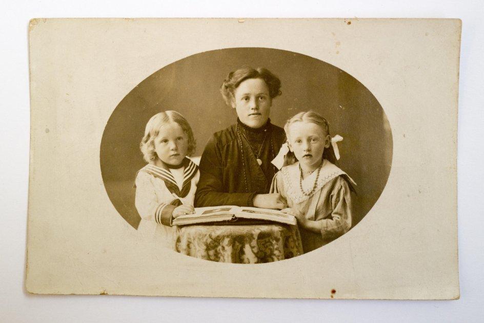 Alma Margrethe Thomsen, John Rossmanns farmor, blev officielt krigsenke i 1917. På sørgebilledet er John Rossmanns far omtrent fem år gammel og peger ned i et fotografi-album. Måske på et af de billeder af faderen, som siden forsvandt? – Privatfoto.