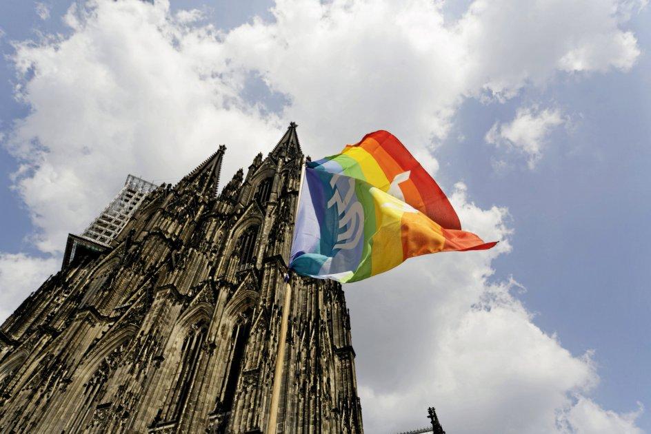 Regnbueflaget ses her ved den romersk-katolske katedral i Köln, Kölner Dom. – Foto: Arnulf Hettrich/Imago/Ritzau Scanpix.