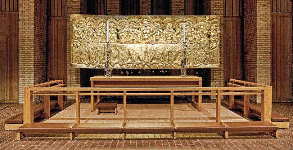 Christianskirkens alter af Bjørn Nørgaard er fremstillet på et bronzestøberi i den italienske by Pietrasantra og dækket med bladguld. Det er en fremstilling af den sidste nadver. – Foto: Michael Westermann.