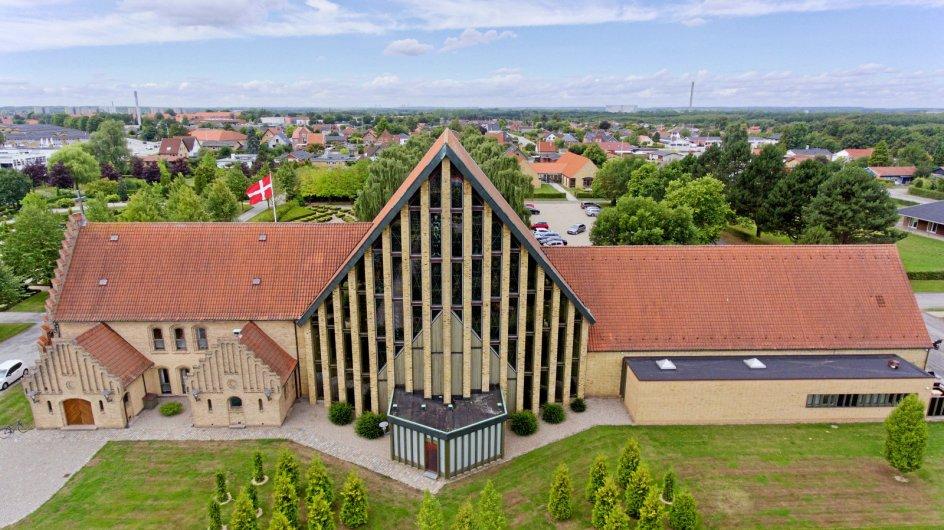Christianskirken ligger i et forstadskvarter til Fredericia. Den er tegnet af Ib Zachariassen, der lagde en stor del af sin indsats i byen. Billedet er fra før den nye indgang. – Foto: Anders Christensen.
