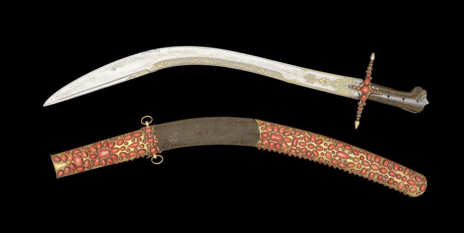Sabel med koraller fra det osmanniske rige fra slutningen af 1700-tallet. Forskellen på en sabel og et sværd er, at der er æg på begge sider af klingen af et sværd og kun på den ene side af sablen. – Foto: Nationalmuseet, Roberto Fortuna.