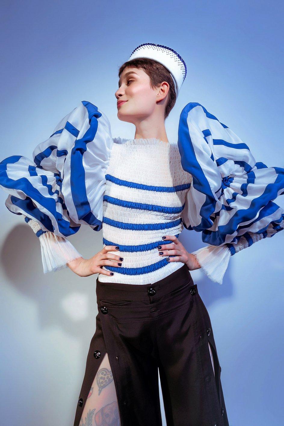 Den franske modeskaber Jean Paul Gaultier har gennem tiden benyttet sømandsstriberne i sine designs. Her er det et haute couturesæt fra designerens 50-årsjubilæum. – Foto: Anna Palermo/Elite Management Paris.