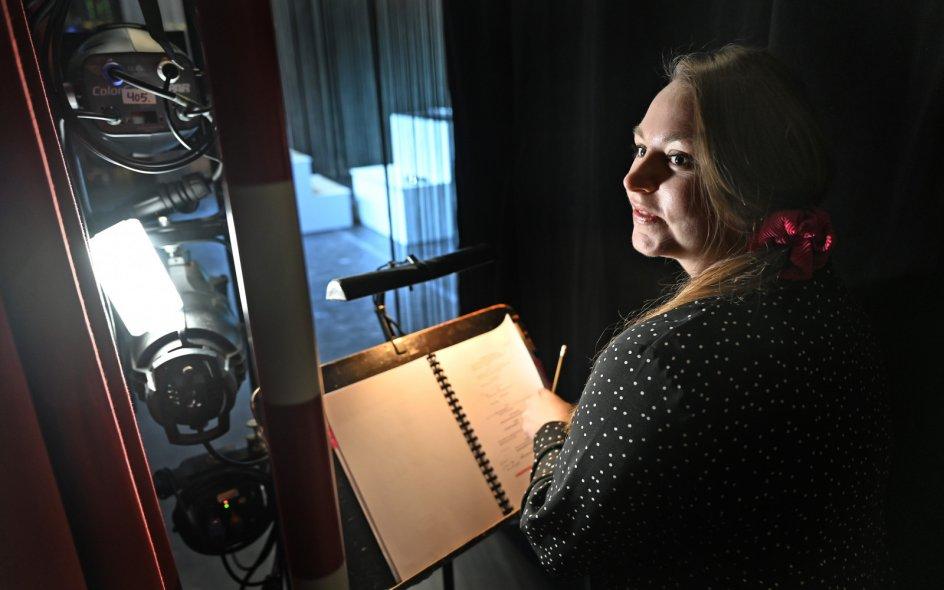 """Line Staustrup betegner sufflørtjansen som """"et studie i kropssprog"""", hvor det er hendes fornemmeste opgave at sidde klar, når skuespillerne ikke kan huske deres replikker. – Foto: Leif Tuxen."""