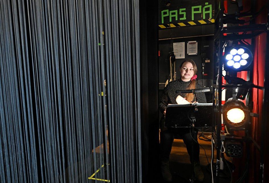 """Suffløren har gjort sit job, når hun er usynlig. Derfor synes Line Staustrup også, at det er sjovt at fortælle om sit arbejde. """"Det er ikke så tit, der bliver sat fokus på os,"""" siger hun. – Foto: Leif Tuxen."""