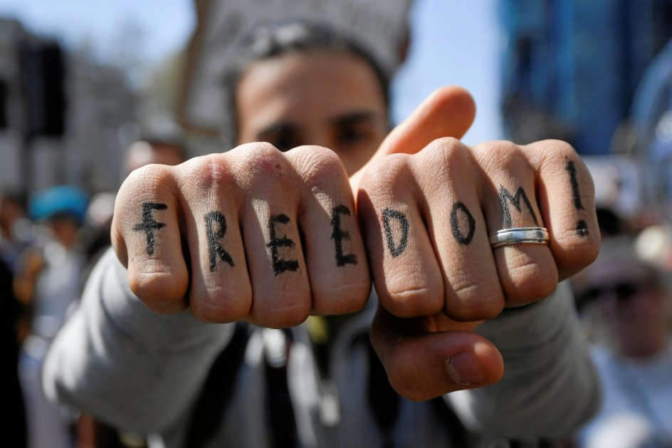I mange lande er folk, som her i London, gået på gaden for at kræve deres frihedsrettigheder tilbage, som er blevet indskrænket under pandemien. – Foto: Toby Melville/Reuters/Ritzau Scanpix.