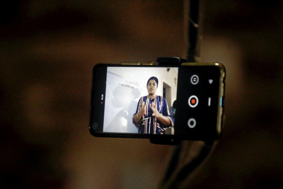 Den nigerianske matematiklærer Basirat Olamide Ajayi underviser sine elever i Lagos online med sin mobiltelefon under nedlukningen. – Foto: Sunday Alamba/AP/Ritzau Scanpix.