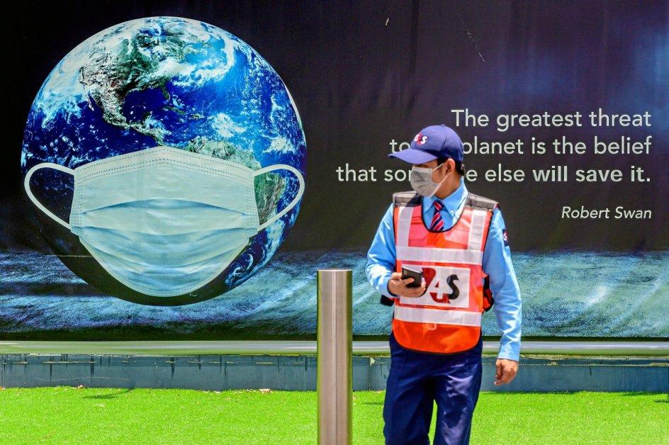 Jorden har fået det bedre under pandemien. Her gør en plakat reklame for Earth Day i Thailands hovedstad, Bangkok. – Foto: Mladen Antonov/AFP/Ritzau Scanpix.