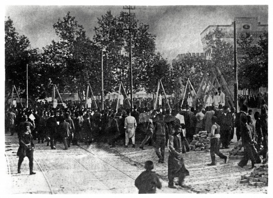 Selvom kameraer var en sjældenhed under det armenske folkedrab, findes der enkelte billeder af henrettelser. Her er en folkemængde stimlet sammen for at se flere hængninger.