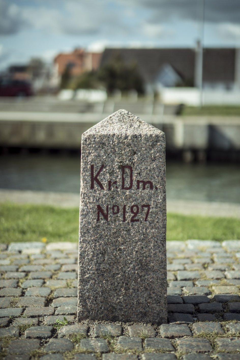 Grænsesten nummer 127 står omtrent på sin oprindelige placering efter i en del år at have stået på skolen i Hejlsminde. Ved Genforeningen blev mange af grænsestenene langs den gamle 1864-grænse væltet over eller flyttet, men det er lykkedes Peter Tagesen at lokalisere næsten alle af de oprindelig 131 sten. Én stod i Glostrup på Sjælland.