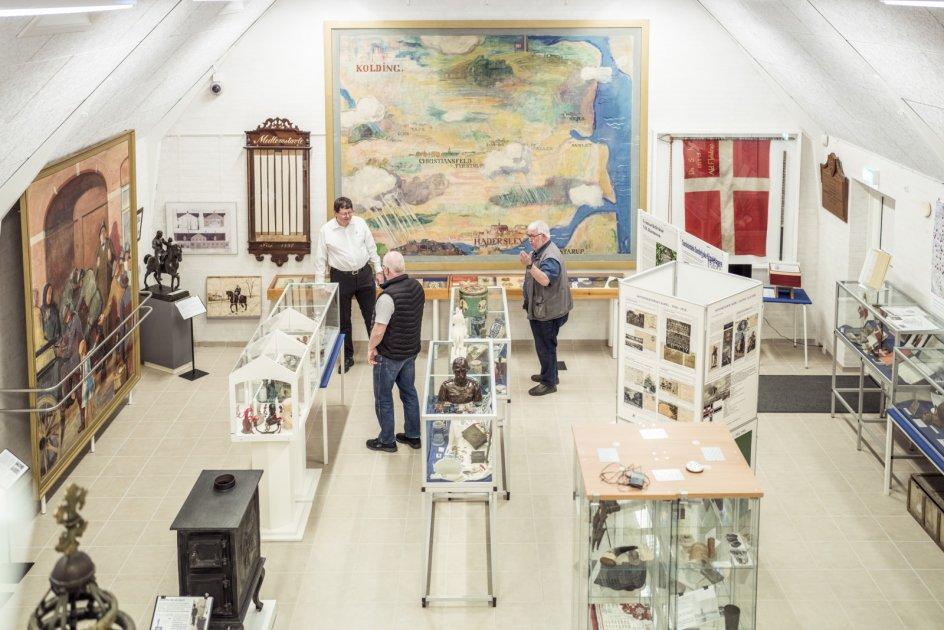 På Genforenings- og Grænsemuseet i Christiansfeld har museumsleder Kaj Nielsen (tv.) haft travlt på det seneste med rundvisning af grupper, der gerne vil samle op på viden om Genforeningen, hvis 100-årsjubilæum fandt sted sidste år, men også fejres i år.