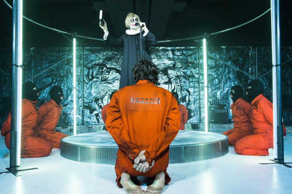 I det perfide univers bliver Alex taget til fange, sat i fængsel og udsat for et morbidt resocialiseringsforsøg.