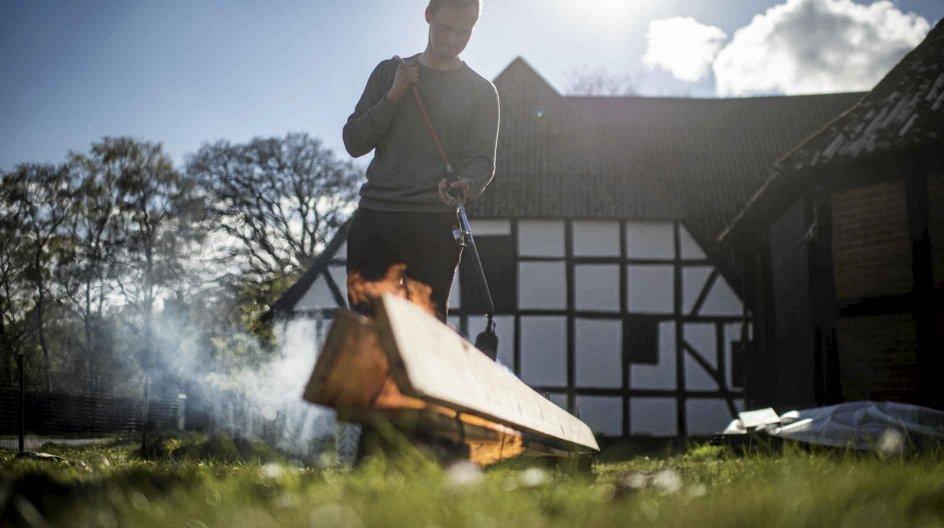 Jakob er i gang med at bygge sit eget tiny house, som han skal flytte ind i. Han skal fortælle om baggrunden for at bo sådan, som blandt andet handler om at bo klima- og miljøvenligt. Mandag den 3. maj 2021.