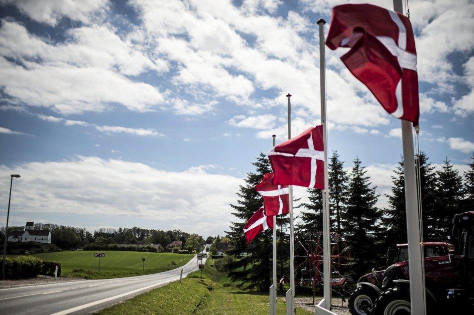 Flagene var på halv på landevejen til Bagenkop og flere andre steder på øen som protest mod det nye udrejsecenter.