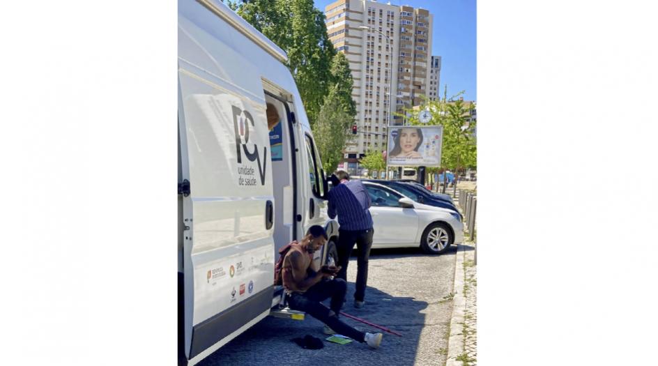 Det er primært unge mænd, som i dag henter kanyler og andet udstyr hos Medicos do Mundos mobile klinik i den halvanden time, varevognen er parkeret foran højhusene i Olaias-kvarteret i udkanten af den portugisiske hovedstad.