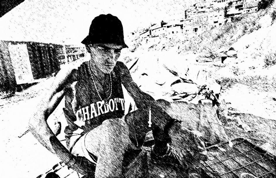 Sådan så det ud for 20 år siden i Lissabon, Portugals hovedstad. En hjemløs sidder med en heroinsprøjte i armen midt i byens værste slum. – Foto/grafik: Gael Cornier. AFP/Ritzau Scanpix og Hannibal Erngaard.