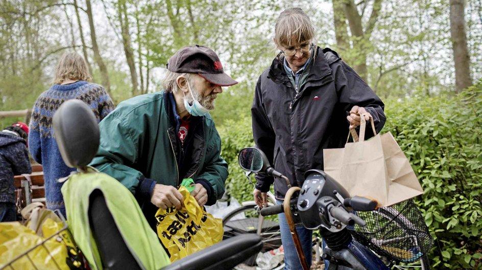 En ældre mand, Thue, der ikke ønsker sit fulde navn i avisen, er kommet på legepladsen i Videbæk to gange om ugen for at få socialt samvær og mad. Her ses Thue og en anden bruger af Social Drive Out sammen med Janne Lillebæk Christensen.
