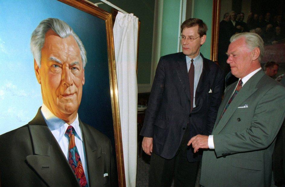 Kunstner Niels Strøbæk fremviser sit portræt af Poul Schlüter i 1995.