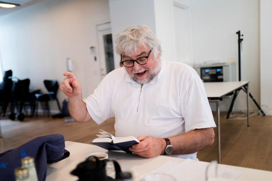 """""""For!"""" Visse sange fik straks paneldeltagernes hænder i vejret under afstemningen, for eksempel """"Den blå anemone"""", der fik seks ud af seks stemmer. - Alle fotos: Mikkel Møller Jørgensen."""