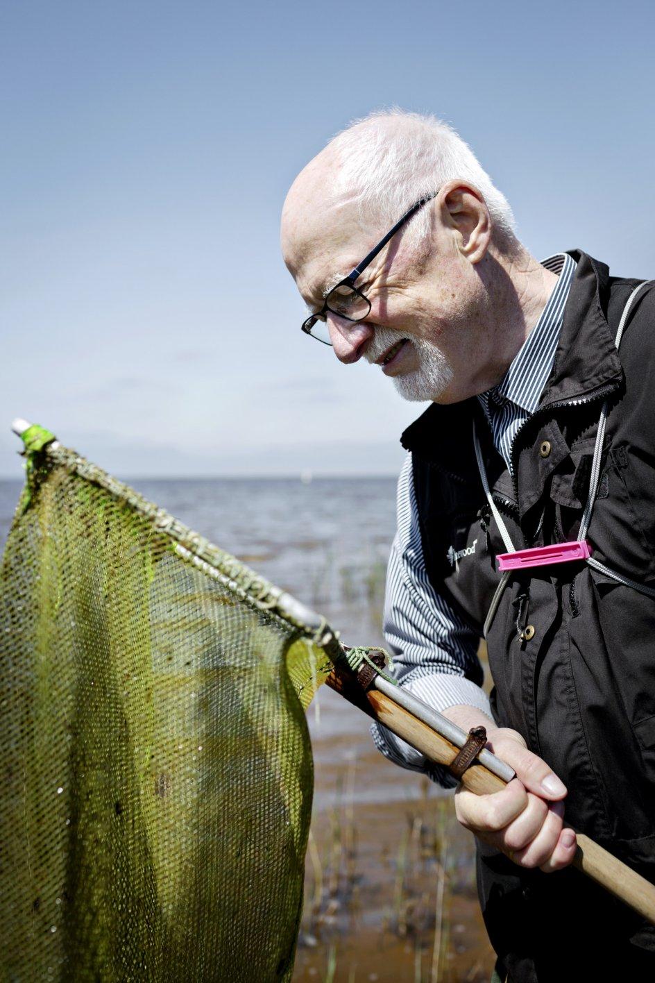Det kræver kun et net – en såkaldt kese – og en rive at komme i gang som ravsamler. Bemærk også den lyserøde poseklemme, som Thomas Kristensen anbefaler alle, der gerne vil holde taskens snore på plads.