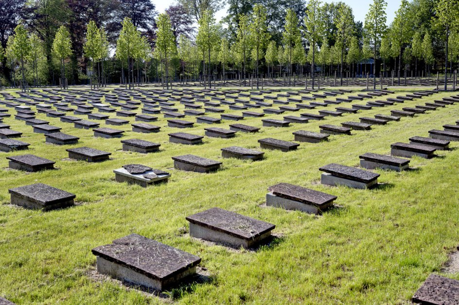 På Gudsageren i Christiansfeld er ikke ét gravsted sløjfet i 247 år. Alle gravene fremstår ensartede som udtryk for idealer om blandt andet lighed.