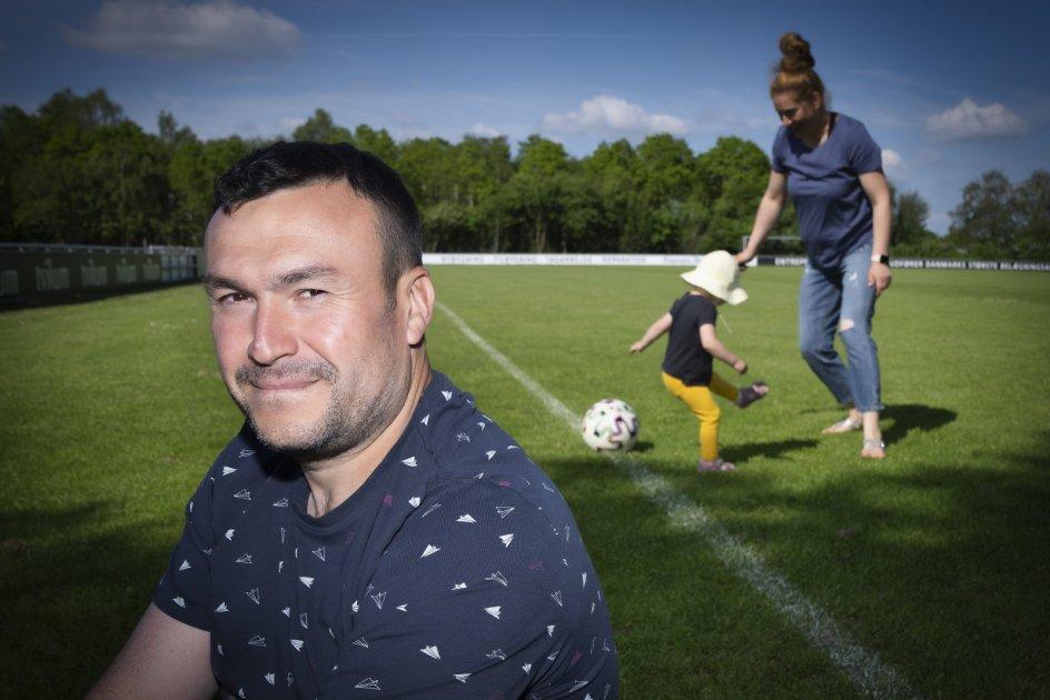Danut stoleriu med sin familie på fodboldbanen i Fårvang. Her bruger han meget af sin fritid.